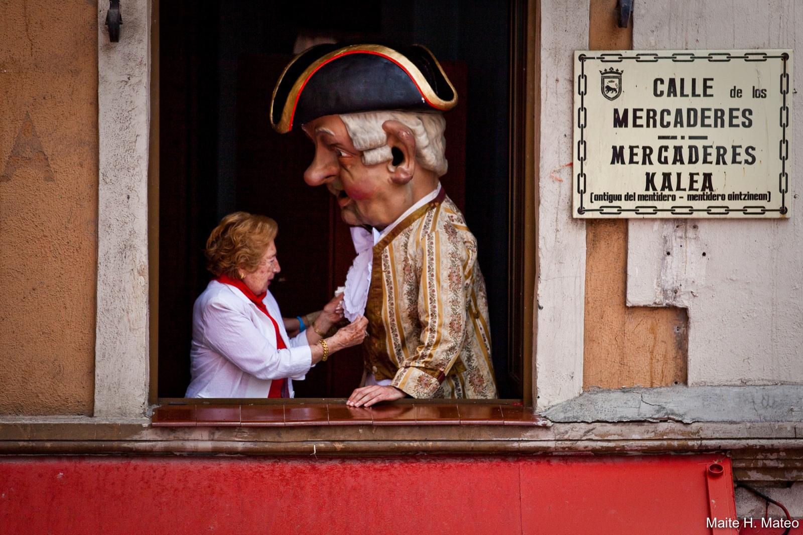 Señora pamplonesa junto a un cabezudo en Sanfermines