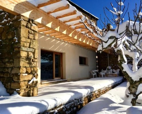 Vista del patio de la casa cubierto de nieve