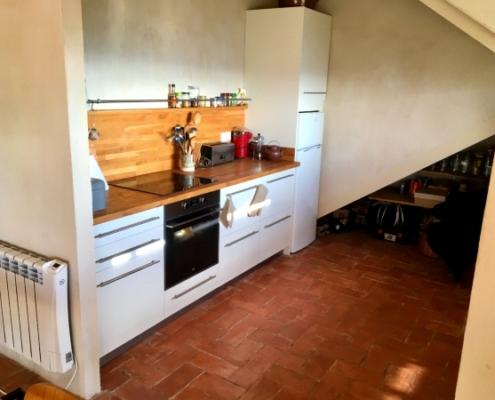 Vista de cocina abierta con suelo artesanal