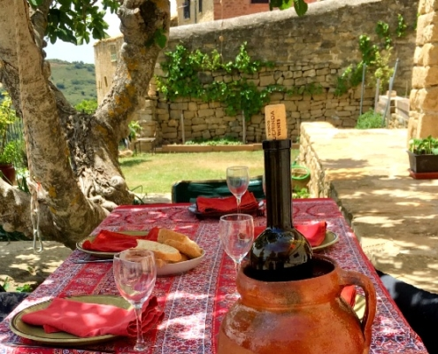 Mesa con mantel para almuerzo en patio