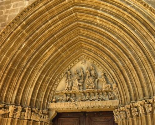 Portada gótica de iglesia-fortaleza Santa María de Ujué