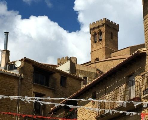 Casas de piedra de Ujué con torre de iglesia
